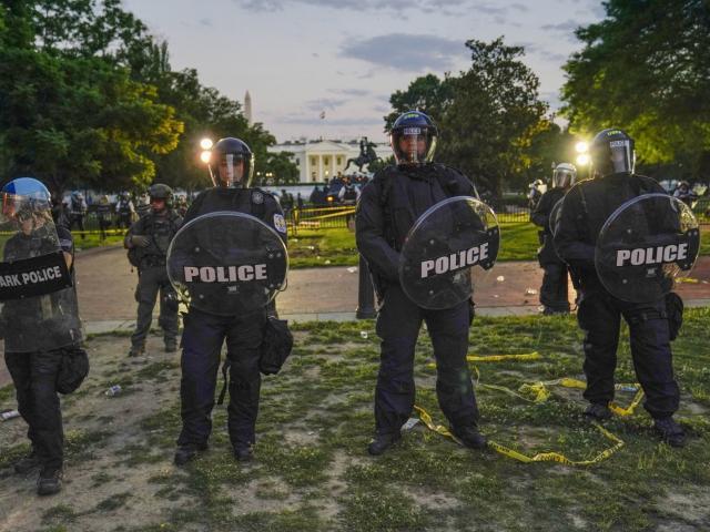 """Mỹ: Nhà Trắng bị """"bao vây"""", ông Trump được đưa gấp xuống hầm trú ẩn"""