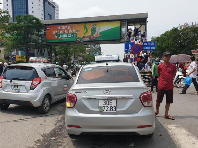 """Hà Nội: Tài xế taxi """"hô biến"""" biển số để trốn phạt nguội"""