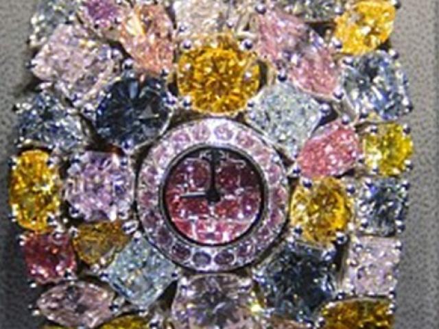 """Phủ kín toàn đá quý, kim cương, chiếc đồng hồ hơn nghìn tỷ đến đại gia cũng """"thèm"""""""