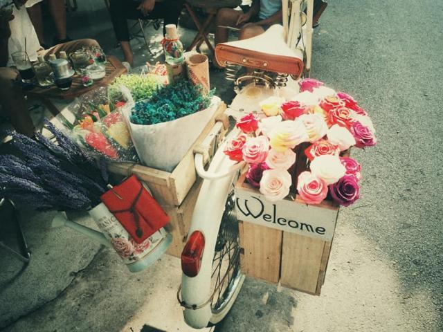Chàng trai trẻ bỏ việc văn phòng khởi nghiệp với xe cổ, hoa giấy nghệ thuật dạo phố Sài Gòn