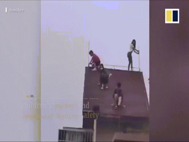'Đau tim' trước cảnh 4 em nhỏ leo trèo trên mái tòa chung cư 32 tầng
