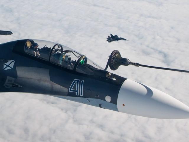 Ngoạn mục cảnh tiếp nhiên liệu trên không của chiến đấu cơ Nga