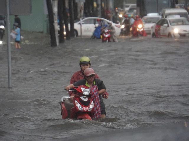 TP.HCM mưa gió mù mịt, ngập nước, kẹt xe khắp nơi