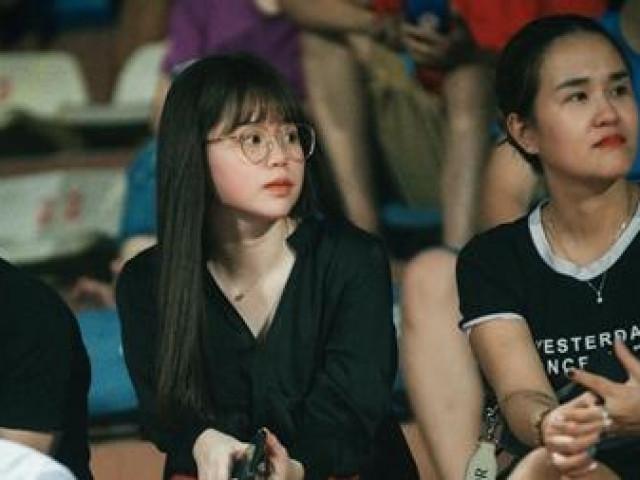 Bạn gái Quang Hải, Văn Hậu khoe sắc tại Hàng Đẫy