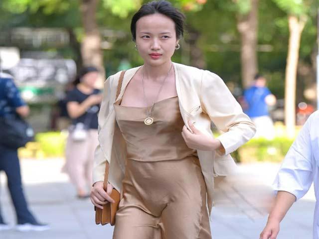 """Hồn nhiên mặc váy mỏng xuống phố, nhiều cô gái bỗng """"nổi bật"""" một cách bất đắc dĩ"""