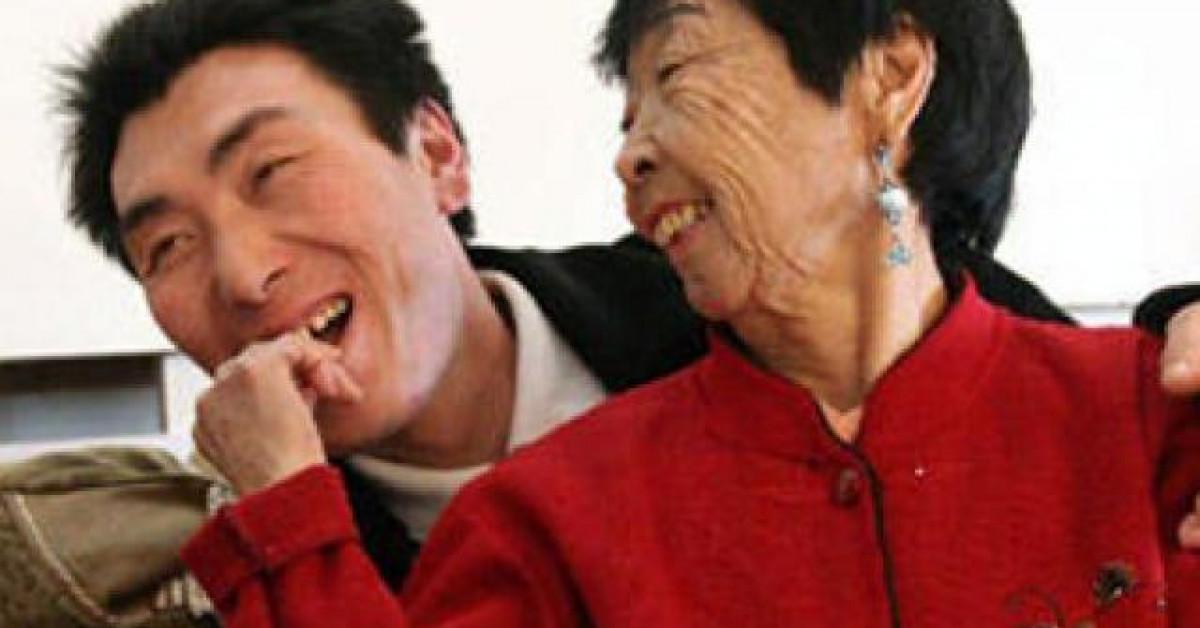 Cô dâu 59 tuổi cưới chồng trẻ 26 tuổi bị cả làng dè bỉu 24 năm trước giờ ra sao?