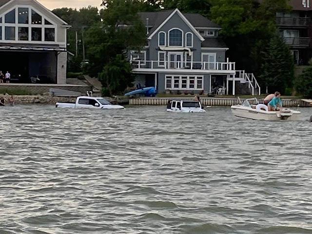 Lái Jeep Wrangler và Ford F-150 lao xuống hồ cứu thuyền máy Pavati và cái kết