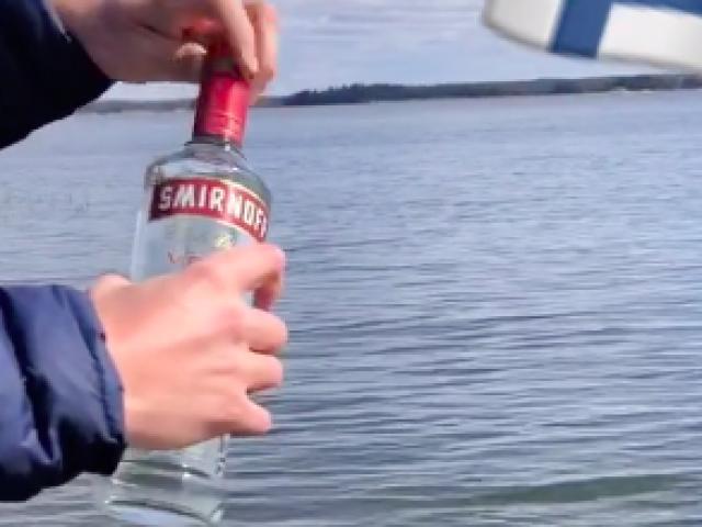 """""""Mở rộng tầm mắt"""" trước tuyệt kỹ bắt cá bằng... rượu"""