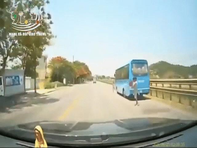 """Video: Tránh bé gái chạy sang đường, tài xế xử lý xuất thần khiến người chứng kiến """"tái mặt"""" vì sợ hãi"""