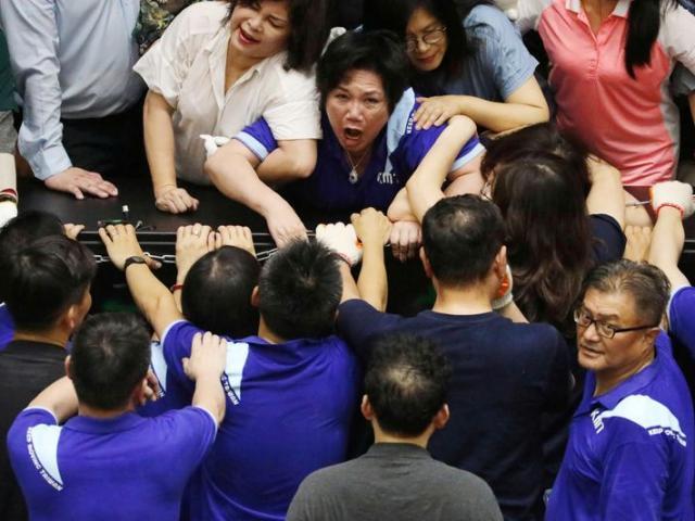 Đài Loan: Phe thân TQ chiếm đóng nghị viện, hỗn chiến với phe của bà Thái Anh Văn