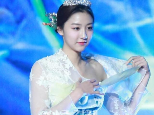 Ồn ào câu chuyện trang phục truyền thống của Hàn Quốc bị xẻ không chừa chỗ nào