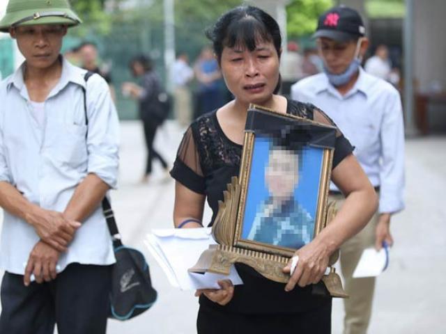 Nam sinh chạy Grab bị sát hại dã man: Mẹ ôm di ảnh khóc nức nở tại toà
