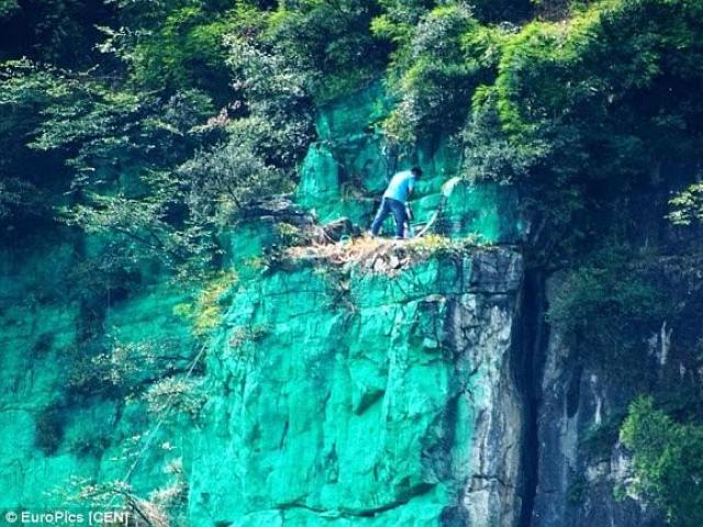 TQ: Sơn cả vách núi màu xanh cho... hợp phong thủy