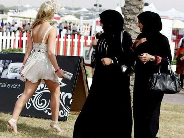 Đến Dubai: Không được ăn mặc hở hang, hôn nơi công cộng
