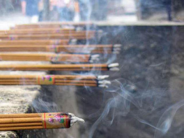 Khói nhang độc hơn khói thuốc lá