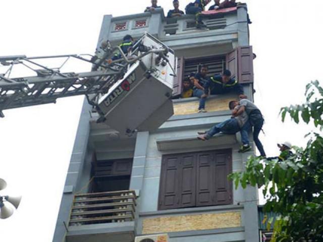 Cảnh sát đu dây giải cứu người đàn ông đòi nhảy lầu