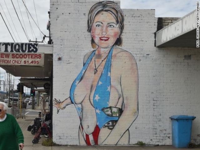 Bức tranh bà Clinton ăn mặc hở hang gây tranh cãi ở Úc