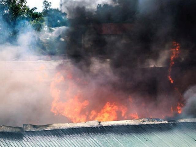 Cháy xưởng phế liệu lớn nhất nhì Bình Dương, công nhân tháo chạy