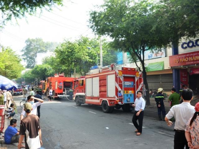 TP.HCM: Cháy siêu thị Co.opmart, tiểu thương nháo nhào di dời tài sản