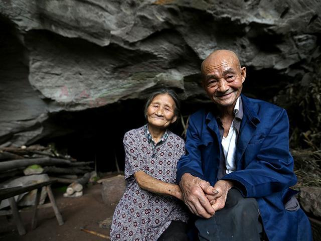 TQ: Cặp vợ chồng sống trong hang suốt 54 năm