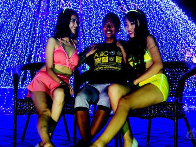 Thiếu gia TQ mở tiệc bikini mừng sinh nhật tuổi 17