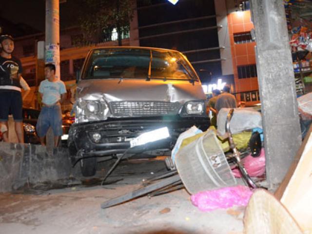 """Một phụ nữ bị ô tô """"điên"""" tông dính chặt vào cột điện"""