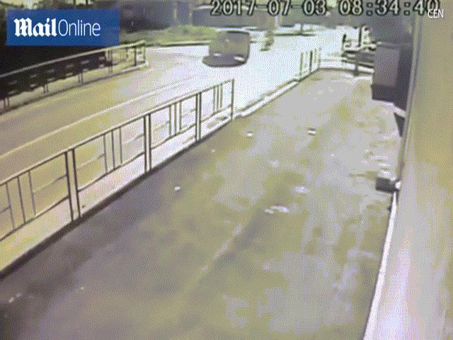Video: Người đi xe máy bị 2 ô tô đâm liên tiếp ở Nga
