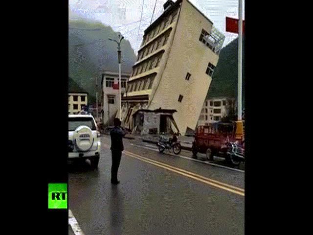 TQ: Nhà 5 tầng đổ sập trong tích tắc vì lũ kinh hoàng