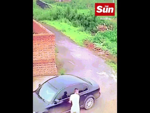 TQ: Định mở cửa xe ô tô ăn trộm thì thấy điều kinh ngạc