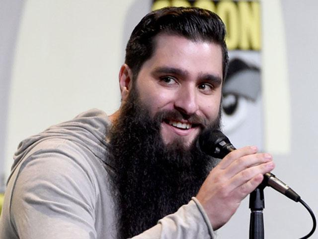 Gái đẹp showbiz đang đu bám đạo diễn phim Kong để đánh bóng tên tuổi?