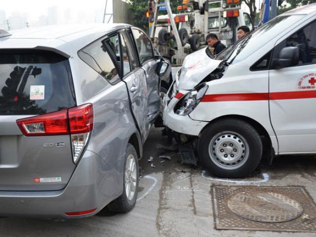 Đâm vào ô tô 7 chỗ, xe cấp cứu nát đầu trên đại lộ
