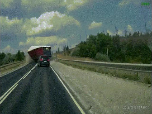 Clip: Xe tải mất lái lao thẳng vào đầu xe con và cú bẻ lái thần sầu