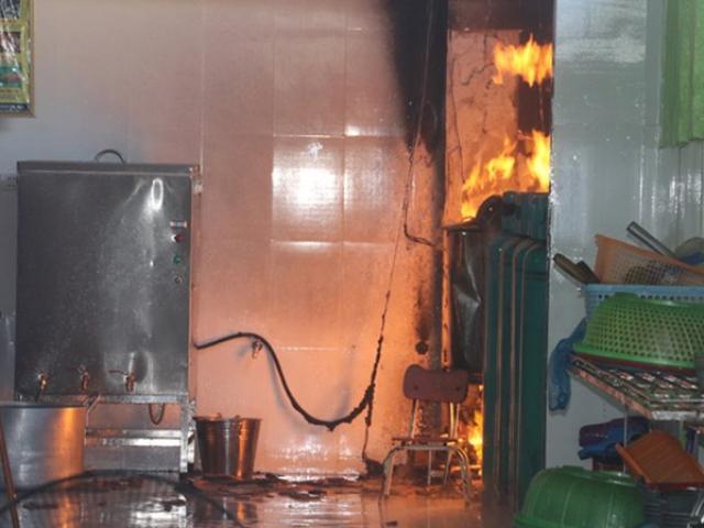 Cháy trường mầm non, hàng trăm học sinh di tản