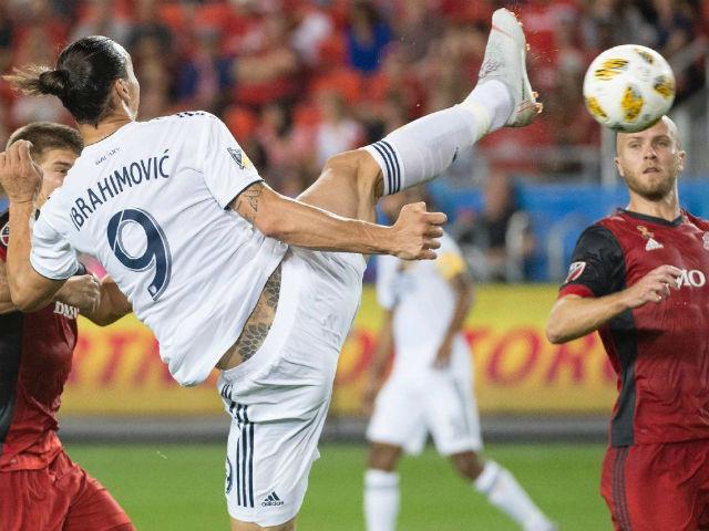 Ibra tái hiện siêu phẩm karate: Mốc 500 bàn vĩ đại, sánh vai Messi - Ronaldo