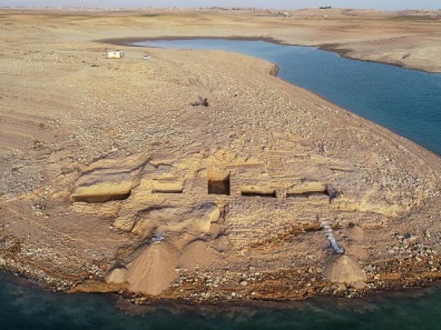 Cung điện bí ẩn từ thời đế chế cổ đại đột nhiên xuất hiện giữa hồ nước
