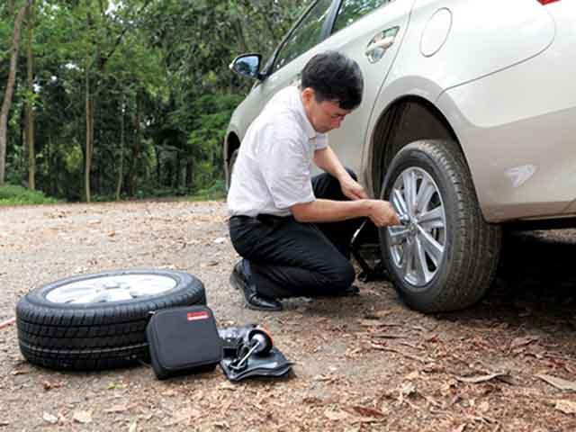Cách thay lốp xe dự phòng nhanh nhất cho người mới