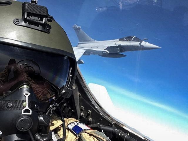 Phi công Pháp phấn khích, chụp selfie trên chiến đấu cơ Su-30 Nga sản xuất