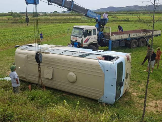Lỡ níu tay tài xế, nữ công nhân làm cả xe chở công nhân lao xuống ruộng