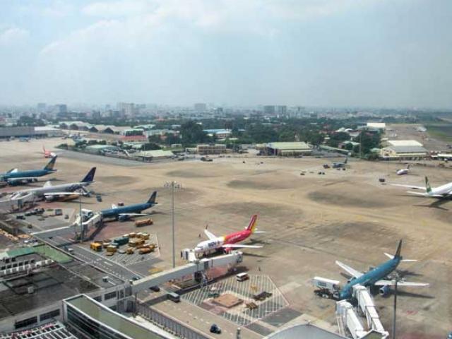 Nóng: Tàu bay đi vào đường lăn đang tạm dừng khai thác tại Tân Sơn Nhất
