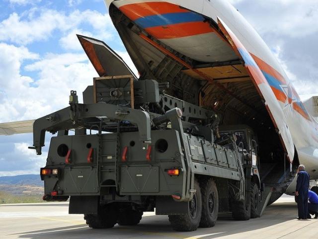 """""""Rồng lửa"""" S-400 Nga xuất hiện ở Thổ Nhĩ Kỳ và thái độ """"lạ"""" của Lầu Năm Góc"""