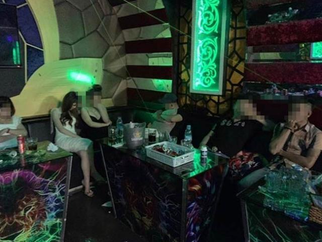 Karaoke đóng cửa, tắt đèn, tổ chức tiệc ma túy bên trong