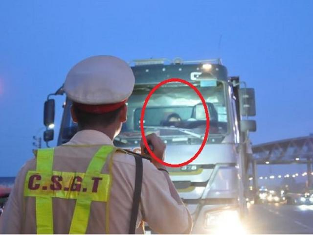 Sau nửa giờ gọi điện, tài xế vi phạm mới hợp tác với CSGT