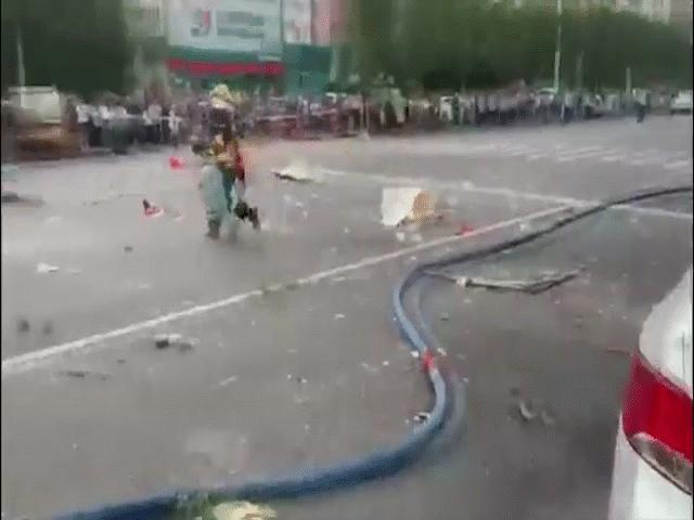 Rợn người cảnh lính cứu hỏa TQ ôm bình gas đang cháy chạy trên đường