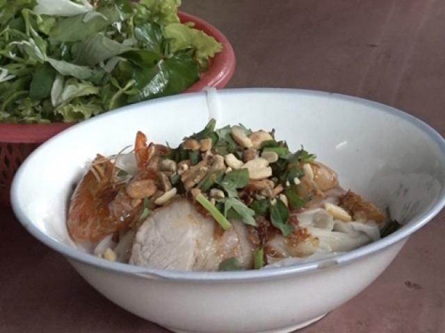 Quán mì Quảng có thâm niên gần nửa thế kỷ, vừa tráng vừa ăn