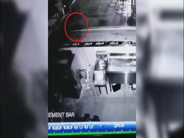 Thấy ghế trong nhà hàng sai vị trí, soi camera phát hiện cảnh rợn người