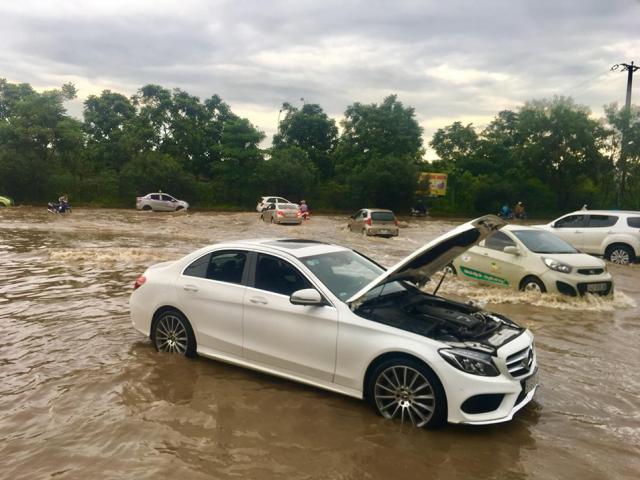 """Ô tô tiền tỷ """"chết máy"""", biệt thự ở Hà Nội phải """"đắp đập"""" vì ngập nước"""
