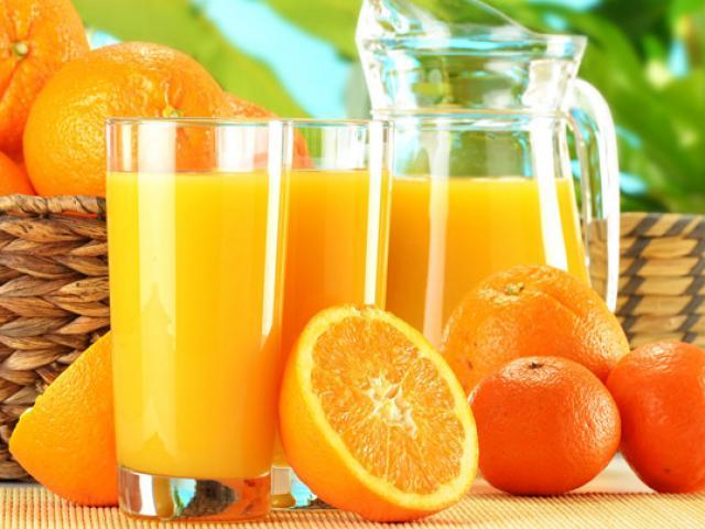 """Sai lầm cực kỳ nguy hiểm khi cho trẻ nhỏ uống nước cam để """"giải ốm"""""""