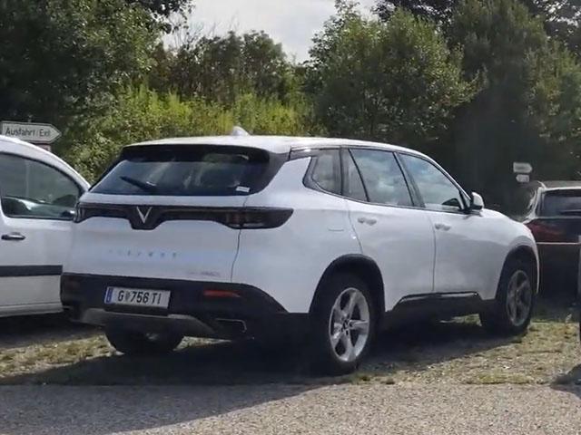 Tình cờ bắt gặp Vinfast Lux SA 2.0 bản thương mại trong bãi đậu xe tại Đức