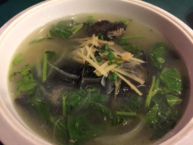 Phóng viên người Nhật khóc thét khi ăn thử súp dơi nấu với hoa quả