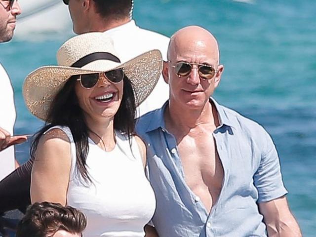 Hậu ly hôn 140 tỷ USD: Tỷ phú giàu nhất thế giới khoe cơ bắp khi nghỉ dưỡng cùng bạn gái